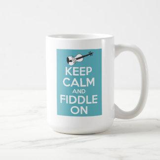 Guarde la calma y el violín en azul taza clásica