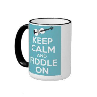 Guarde la calma y el violín en azul taza de dos colores