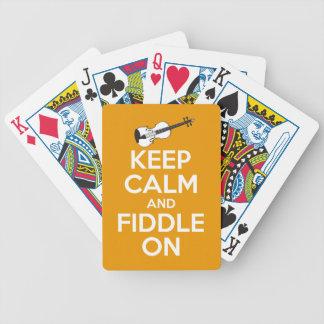 Guarde la calma y el violín en (el naranja) baraja de cartas bicycle