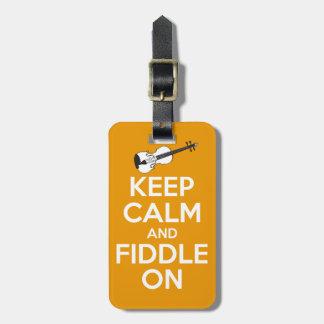 Guarde la calma y el violín en el naranja etiquetas para maletas