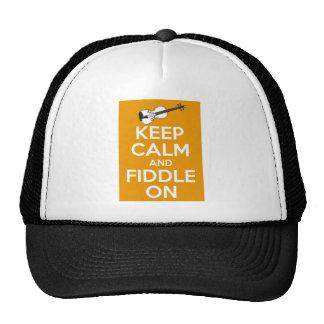 Guarde la calma y el violín en (el naranja) gorras de camionero