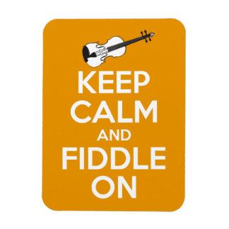 Guarde la calma y el violín en (el naranja) iman rectangular