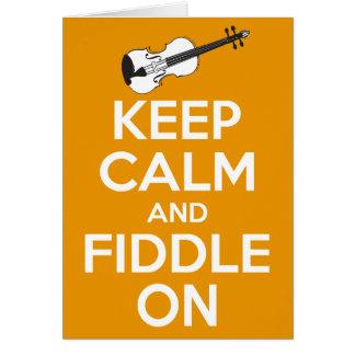 Guarde la calma y el violín en (el naranja) tarjetas