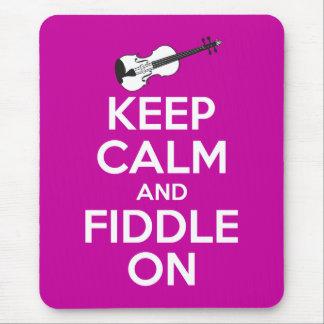 Guarde la calma y el violín en (el rosa de tapetes de ratón