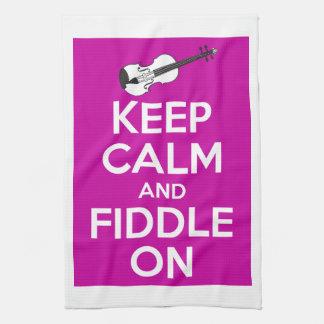 Guarde la calma y el violín en (el rosa de toallas de cocina
