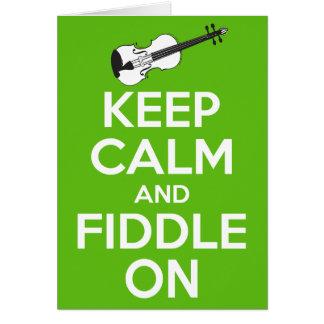 Guarde la calma y el violín en (el verde) tarjeta pequeña