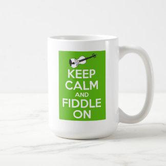 Guarde la calma y el violín en (el verde) taza clásica