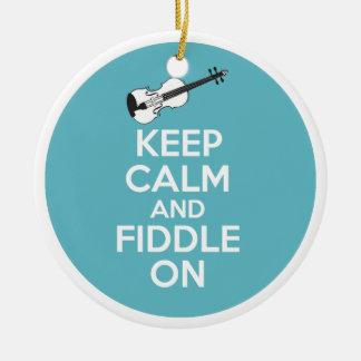 Guarde la calma y el violín en el violín en azul adorno navideño redondo de cerámica