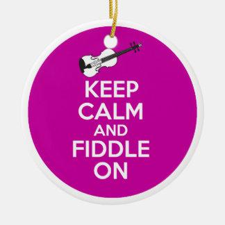 Guarde la calma y el violín en el violín en el adorno navideño redondo de cerámica
