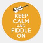 Guarde la calma y el violín en el violín en el nar pegatinas redondas