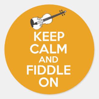 Guarde la calma y el violín en el violín en el pegatina redonda