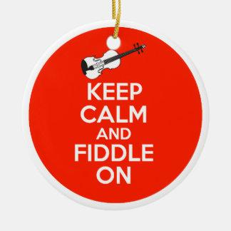 Guarde la calma y el violín en el violín en rojo adorno navideño redondo de cerámica