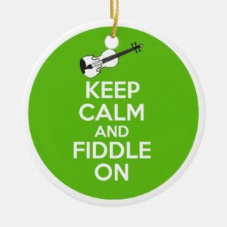Guarde la calma y el violín en el violín en verde adorno navideño redondo de cerámica