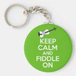 Guarde la calma y el violín en el violín en verde llaveros personalizados