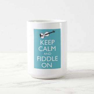 Guarde la calma y el violín en la taza