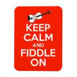 Guarde la calma y el violín en rojo imán rectangular