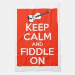Guarde la calma y el violín en rojo toalla de cocina