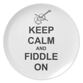 Guarde la calma y el violín encendido platos