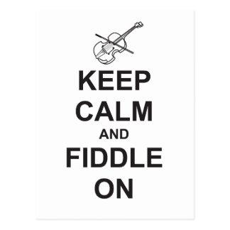 Guarde la calma y el violín encendido postal