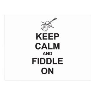 Guarde la calma y el violín encendido postales