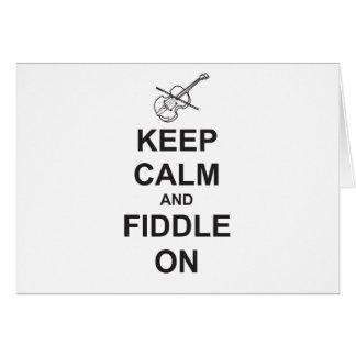 Guarde la calma y el violín encendido tarjeta de felicitación