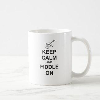 Guarde la calma y el violín encendido taza clásica