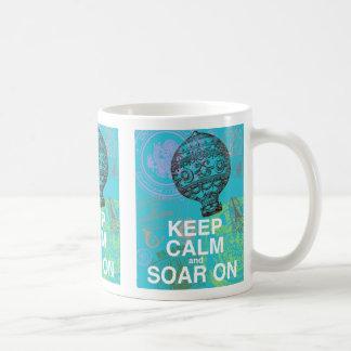 Guarde la calma y elévese en la impresión del arte tazas de café