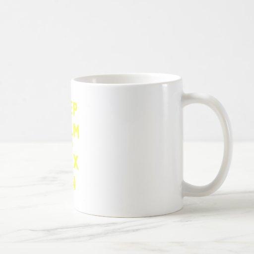 Guarde la calma y encérela encendido taza básica blanca