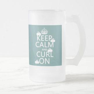 Guarde la calma y encréspese en (cualquier color) taza de cristal