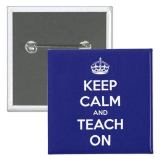 Guarde la calma y enséñela en azul pin cuadrado
