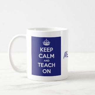 Guarde la calma y enséñela en azul taza de café