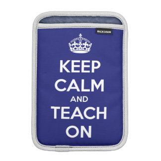Guarde la calma y enséñela en el azul fundas iPad mini