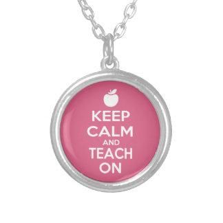 Guarde la calma y enséñela en el lema para los pro colgante redondo