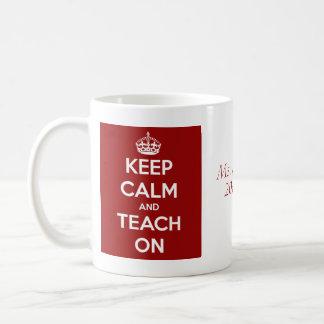Guarde la calma y enséñela en el rojo taza de café