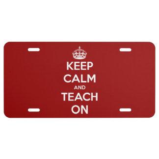 Guarde la calma y enséñela en la placa roja placa de matrícula
