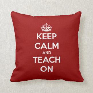 Guarde la calma y enséñela en rojo almohada