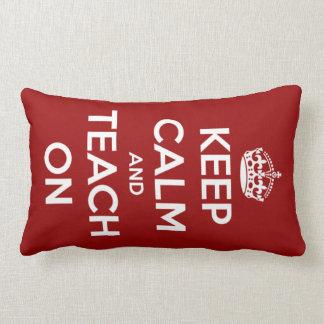 Guarde la calma y enséñela en rojo cojin