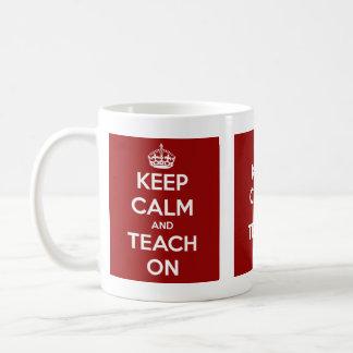 Guarde la calma y enséñela en rojo taza de café