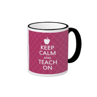 Guarde la calma y enséñela encendido tela escoces tazas de café