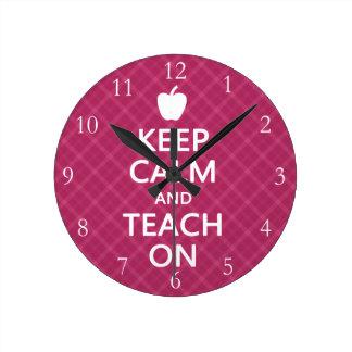Guarde la calma y enséñela encendido, tela reloj redondo mediano