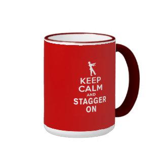 Guarde la calma y escalónela en diseño del zombi d taza