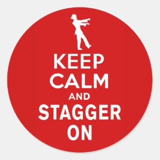 Guarde la calma y escalónela en diseño del zombi etiqueta redonda