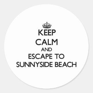 Guarde la calma y escápese a la playa la Florida Pegatina Redonda