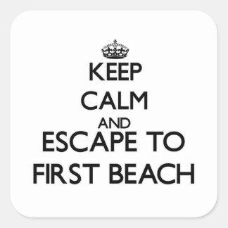 Guarde la calma y escápese a la primera playa Guam Pegatina Cuadrada