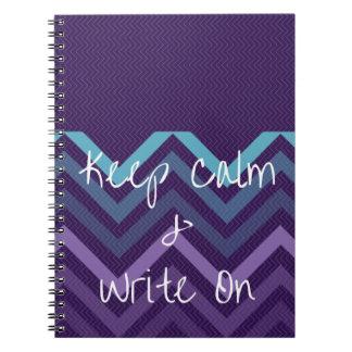 Guarde la calma y escriba en el diario púrpura de libro de apuntes con espiral