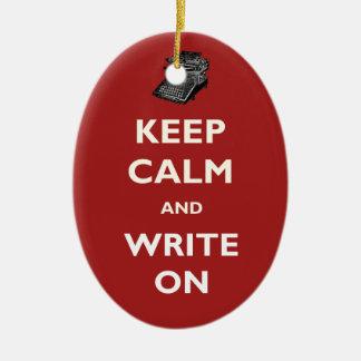 Guarde la calma y escriba en el ornamento de la adorno navideño ovalado de cerámica