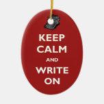 Guarde la calma y escriba en el ornamento de la má ornatos