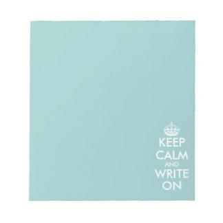 Guarde la calma y escriba en el papel de escribir  blocs de papel