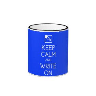 Guarde la calma y escriba en la taza