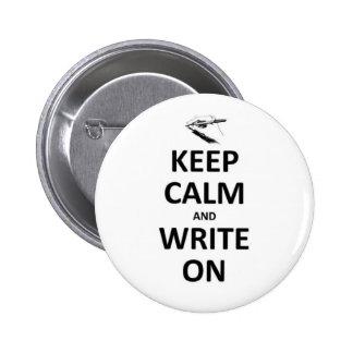 Guarde la calma y escriba encendido pin redondo de 2 pulgadas